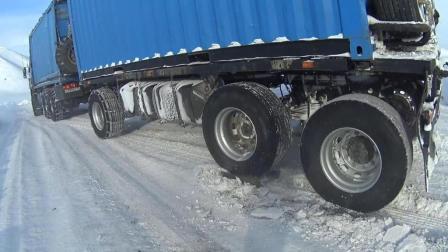 卡车在冰雪路面下长坡, 用铁链和钢板锁止车轮