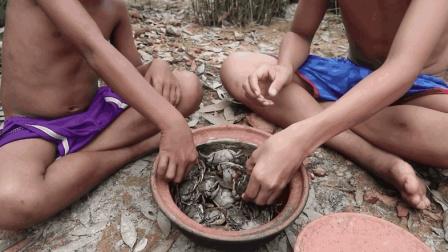生吃一盆螃蟹, 兄弟两个不知吃了多少寄生虫!