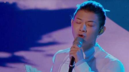 李玉刚、霍尊再次联手, 《白月光》惊艳全场! 网友: 张信哲听完估计都要哭了!
