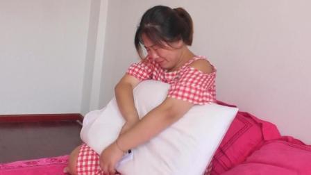 爸妈只给女儿一个枕头当嫁妆, 当女儿拆开枕头, 却瞬间泪如雨下