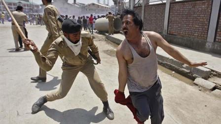 为什么印度警察执法不用枪, 而是用一根木棍? 看完涨见识了