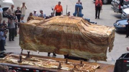 土豪把汽车埋地下50年, 只为让后人见证辉煌, 挖出后在场人傻眼了