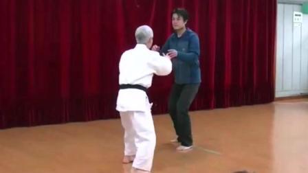 传统武术PK韩国高手, 太极拳大师与空手道之间的较量, 美如画!