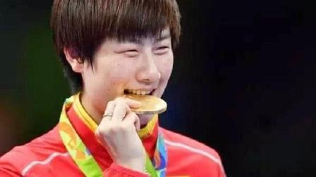 领奖时, 为什么奥运冠军总喜欢咬金牌? 看完你就懂了