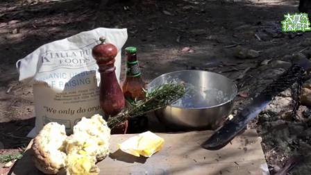 澳洲小哥野外制作迷迭香烤面包, 啤酒和面很是奇葩, 原因何在?