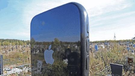 真正骨灰级资深苹果粉! 墓碑做成iPhone样式, 还能扫二维码!
