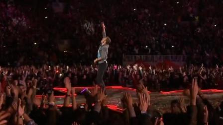 当演唱会上的数万人做出这个举动, 就是歌手最辉煌的时候了!