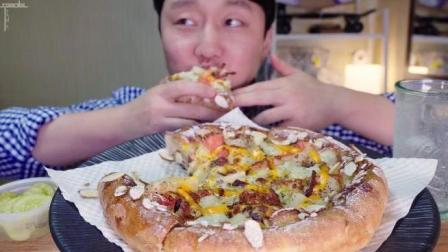韩国大胃王小哥吃超厚芝士虾仁披萨, 好吃的停不下来
