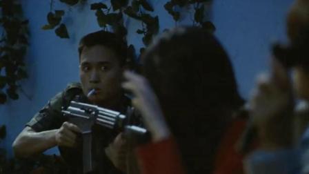 小情侣有门不走非要翻墙,这下好了谁都走不了,简直是作死
