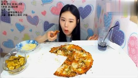 韩国美女大胃王吃两份超大披萨, 还得再吃点泡菜黄油和可乐