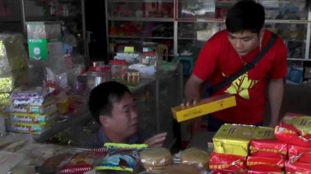 在越南小卖部, 中国小哥说把最贵的香烟拿出来, 结果老板很为难