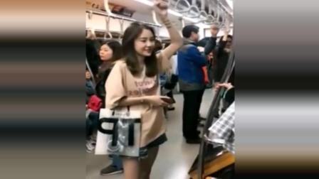 地铁上偷拍小姐姐被发现, 看到她这么开心我要去搭讪吗?