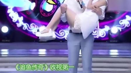 邓伦在节目里抱起赵丽颖, 坐在旁边的杨紫一脸的不开心