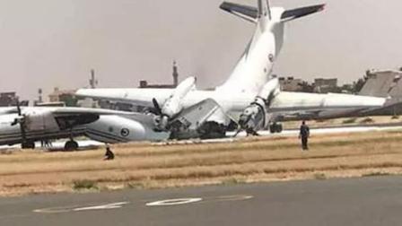 监拍两架飞机跑道上追尾 庞大机身双双折断