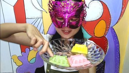 美食吃货: 面罩小姐姐吃彩色宫殿布丁 香甜爽滑多口味真好吃