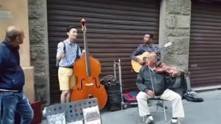 国外街头和谐一幕 音乐更好听!