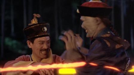 经典僵尸电影【僵尸叔叔】皇族僵尸遭雷劈, 道士拿出光剑戳他肚皮都降服不了