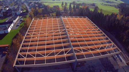 第一次见这样盖房子的, 房梁用一根根木板拼起来的, 这样强度够吗