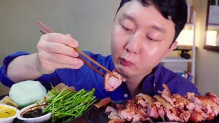 韩国大胃王小哥吃烤鸭蘸酱卷饼, 看着好有食欲, 肯定很好吃吧