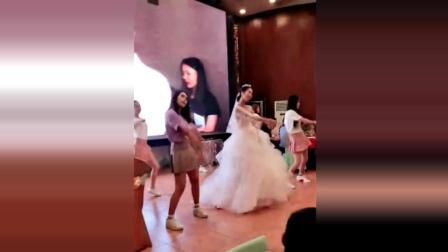 漂亮的伴娘和新娘一起跳舞, 好欢乐!