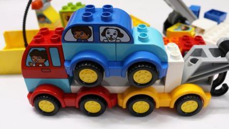用积木零件组装迷你小汽车玩具