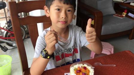 小朋友唱生日歌吃蛋糕祝自己生日快乐