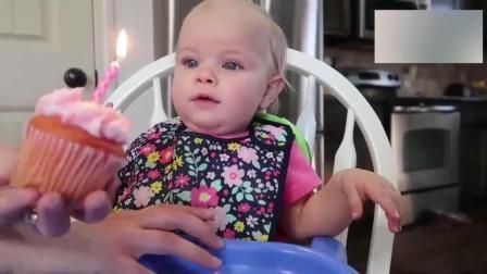 宝宝过一岁生日, 当妈妈把蛋糕的蜡烛点亮时, 宝宝的反应太可爱了