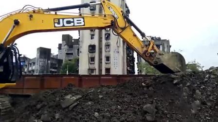 这位师傅开挖掘机来回折腾, 完全看不明白他在干嘛!