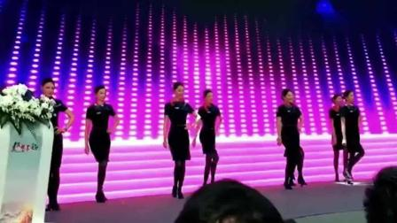 帝王视角赏空姐热舞《C哩C哩》, 前排领导高兴坏了!
