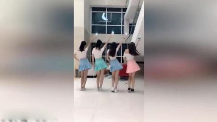 4色短裙姐妹花共跳《甩臀舞》, 背影太迷人!