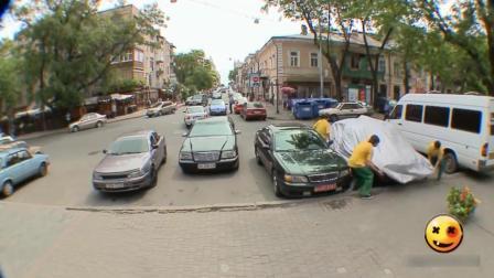 俄罗斯恶作剧: 爱车停路边不翼而飞, 急哭车主才发现就在眼前, 眼瞎的够可以