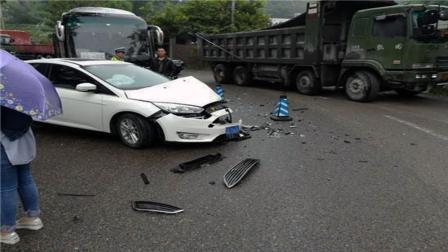 事故警世钟: 前车任性变道, 却害的车主失控撞上了绿化带, 真是无辜427期