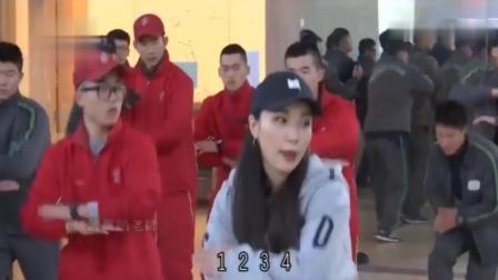 台媒镜头下的韩国大兵, 跟美女学跳舞, 在朝韩边境附近的街舞中心