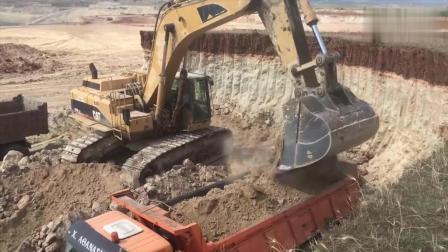 老外开卡特365B挖掘机装载自卸卡车, 左右装车, 配合默契!