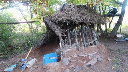 贺电: 野外搭建的草屋升级完毕, 带你进入地洞参观!
