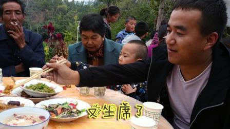 农村办酒席, 凉菜荤菜摆满一桌, 小伙吃的可香了!