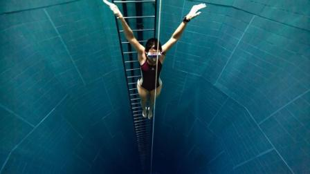 世界上最深的室内游泳池, 看完幽闭恐惧, 有人敢去挑战吗?