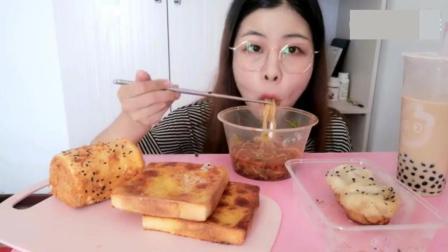 中国美食吃播   美女吃重庆小面生煎包和面包, 味道正宗, 直流口水