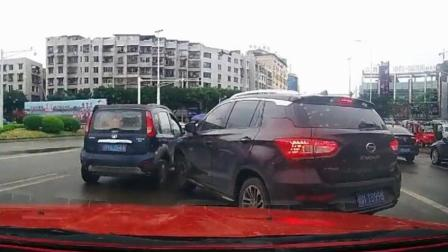 两车通过没有红绿灯控制的路口, 都不减速, 结果撞了个开怀《短版》