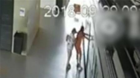 监拍: 女乘客强行掰地铁门上车 被夹手带倒卷入车底 惨遭碾压身亡
