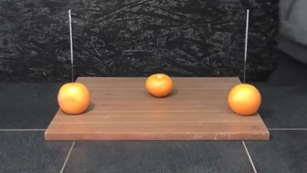 牛人把700度的铝水倒入橘子中, 看到切开后的样子