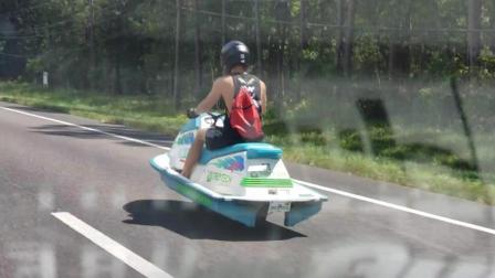 在国外公路上, 我们看到这位穿着背心开UFO的大哥