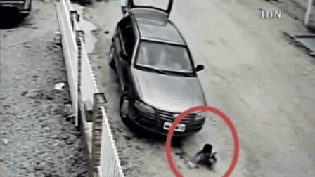 孩子在车头玩泥沙, 司机上车后直接开车, 监控拍