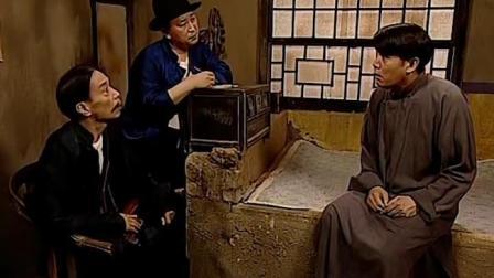 贾队长查户口,饭店掌柜问为什么?贾队长:因为你有钱啊