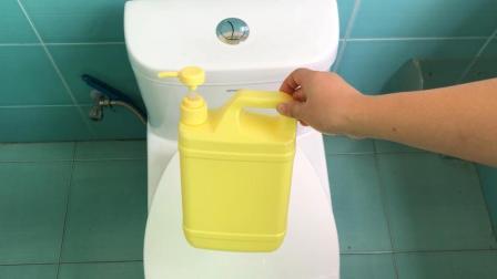 洗洁精瓶不要扔, 剪几刀挂在马桶边, 全家人都要抢着用, 太棒了