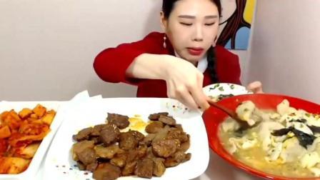 韩国美女吃播大胃王卡妹吃一大盆年糕饺子汤 猪排, 胃口真好!