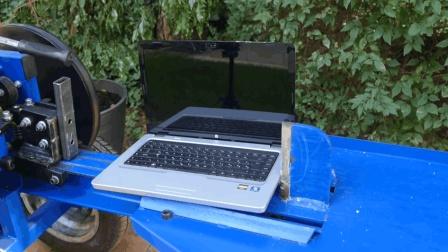 老外劈完柴火没事干, 用劈柴机劈自己笔记本电脑? 能被一劈两半?