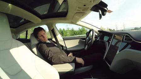 特斯拉的自动驾驶到底有多聪明? 老外假装睡着测试, 真的能救命!