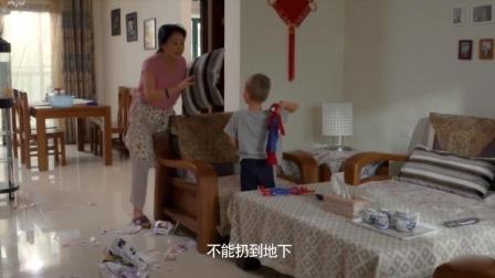 外国孙子恶整中国奶奶,奶奶说中文斥责孙子,