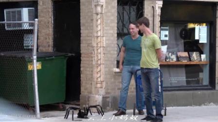 搞笑娱乐-黑蜘蛛出现街头, 看外国人怎么反应